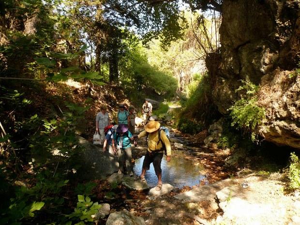 Reisegruppe überquert einen kleinen Fluss