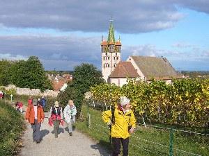 Die Wandergruppe auf dem Weg durch die Dörfer