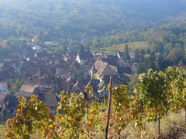 Blick auf das Dorf im Tal
