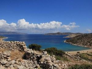 Weiter Blick auf das Meer und die Felsen