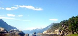 Urlauber genießt die Sicht auf den Fjord
