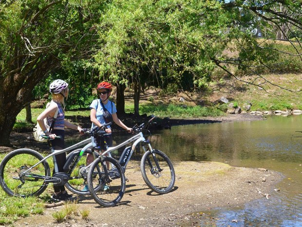 Eine Pause am Fluss. Wer wohl noch ins Wasser springt?