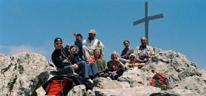 Urlauber sitzen an der Spitze des Berges und machen Pause