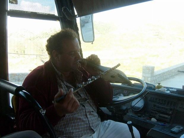 Busfahrer spielt ein Instrument