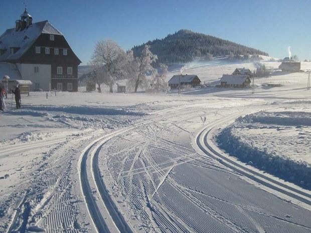 Winterliche Atmosphäre und verschneite Häuser