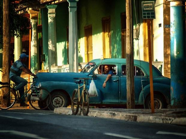 Das ist Kuba - bunte Häuser, entspannte Menschen und Oldtimer an jeder Ecke