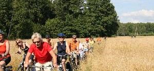 Die Fahrradgruppe fährt durch einen Feldweg