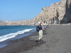 Mann macht am  Strand ein Foto