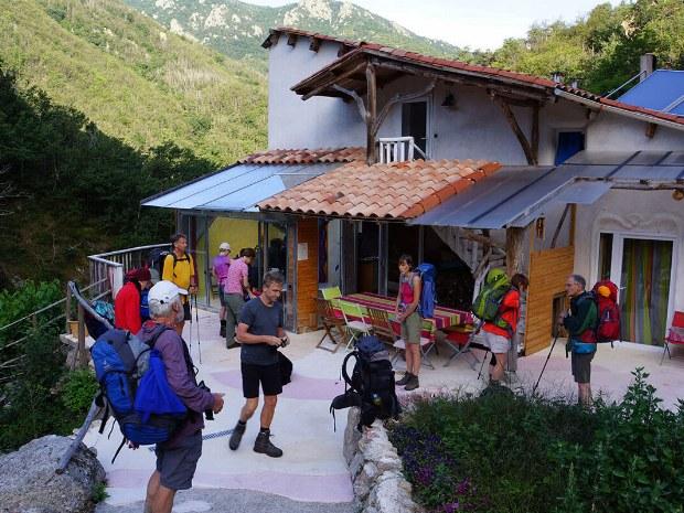 Pause an einer kleinen Berghütte