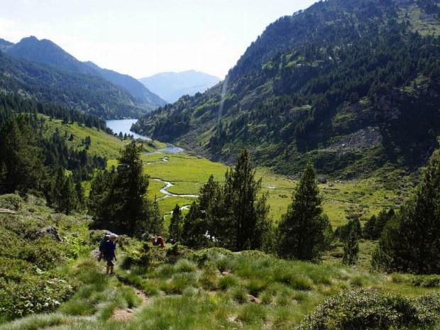 Der weg vom Tal hoch zum Gipfel.