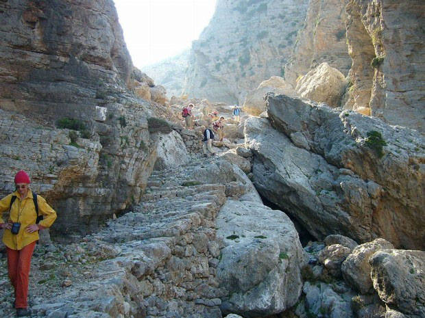 Reisende gehen eine Steintreppe die Berge hoch und runter